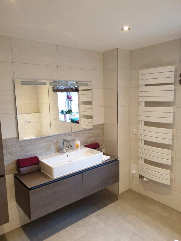 neues Bad mit Waschbecken